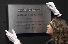<p>Una empleada de Christie's coloca un letrero del quebrado grupo financiero Lehman Brothers durante su subasta en la sede de la compañía en Londres, sep 24 2010. Un letrero del quebrado grupo financiero Lehman Brothers superó los 66.000 dólares en una subasta realizada el miércoles en Londres, más de 15 veces su valor estimado, con los coleccionistas y buscadores de souvenires luchando por recuerdos del colapso corporativo. REUTERS/Andrew Winning</p>