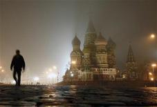 <p>Мужчина идет по Красной площади в Москве 15 ноября 2009 года. Холодный воздух, пришедший в Москву к концу недели, останется в столице на выходные, ожидают синоптики. REUTERS/Denis Sinyakov</p>