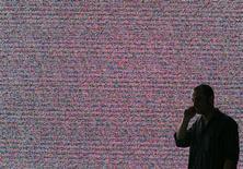 <p>Selon des spécialistes et des dirigeants du secteur, la poussée d'offres de téléphonie tout inclus et moins chères visant à fidéliser des clients de plus en plus courtisés pourrait se retourner contre les opérateurs télécoms français et entamer leur rentabilité. /Photo d'archives/REUTERS/Hannibal Hanschke</p>