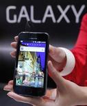<p>El tablet PC Galaxy de Samsung en la CEATEC JAPAN 2010 en Chiba. Oct 5 2010 Samsung Electronics anunció que planea vender su PC Tablet Galaxy Tab en Estados Unidos, Japón, Corea del Sur e Italia este año, apuntando al líder del mercado Apple en un nuevo, pero ya congestionado segmento. REUTERS/Kim Kyung-Hoon</p>