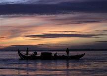 <p>Люди ловят рыбу на реке Меконг 5 сентября 2010 года. Рыба с изогнутыми вампирскими клыками, геккон с похожим на помаду окрасом губ и плотоядное растение высотой семь метров - вот всего лишь три из 145 новых видов животных и растений, найденных в 2009 году в районе протекающей в Юго-Восточной Азии реки Меконг. REUTERS/Chor Sokunthea</p>