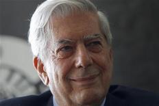 <p>Mario Vargas Llosa durante divulgação de seu livro infantil no mês dea bril em Madri. Llosa recebeu nesta quinta-feira o Prêmio Nobel de Literatura e até pensou que estavam lhe passando um trote quando recebeu a notícia por telefone. 29/04/2010 REUTERS/Susana Vera/Arquivo</p>