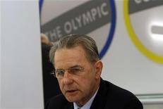"""<p>Presidente do COI, Jacques Rogge, em coletiva de imprensa em Tel Aviv. Rogge pediu na quarta-feira que Israel dê mais apoio aos atletas palestinos, como parte da sua """"mensagem de paz"""" durante uma visita à região. 07/10/2010 REUTERS/Ronen Zvulun</p>"""