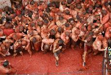 """<p>Люди участвуют в схватке помидорами под названием """"Ла Томатина"""" в городке Буньоль 31 августа 2005 года. Если вам кажется забавным швырять помидорами в людей, бежать за сыром вприпрыжку или хвастаться сережками из мышиных экскрементов, этот шорт-лист придется кстати. REUTERS/Albert Gea</p>"""
