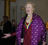 """<p>A soprano Joan Sutherland chega para um evento em Washington, nos Estados Unidos, em 2004. A cantora de ópera australiana, conhecida como """"La Stupenda"""" por sua legião de fãs, morreu aos 83 anos na Suíça, anunciou na segunda-feira sua gravadora Decca. 05/12/2004 REUTERS/Mike Theiler</p>"""