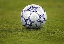 <p>Футбольный мяч лежит на поле на стадионе в Афинах, 23 мая 2007 года. Сборная Англии сыграет с неожиданно занявшей первое место в группе G командой Черногории, выигравшей все три матча отборочного цикла чемпионата Европы 2012 года, и эта встреча станет лишь одним из непростых матчей для признанных фаворитов турнира. REUTERS/Kai Pfaffenbach</p>