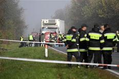 <p>Спасатели на месте аварии рядом с Нове-Място-над-Пилицей, Польша 12 октября 2010 года. Семнадцать человек погибли в результате автокатастрофы в центральной части Польши в 80 километрах южнее Варшавы, сообщила полиция. REUTERS/Agencia Gazeta</p>