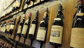 <p>Бутылки с вином Бароло в музее вина в Бароло 2 сентября 2010 года. Знаменитая династия итальянских виноделов Фрескобальди, поставлявшая вино для британского королевского двора и римских пап, теперь стремится завоевать популярность в России и на других новых рынках. REUTERS/Paolo Bona</p>
