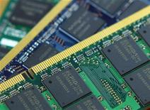 <p>Le japonais Elpida Memory, numéro trois mondial des mémoires DRAM, développe des mémoires de nouvelle génération avec son compatriote Sharp pour une commercialisation prévue en 2013. /Photo prise le 17 mars 2010/REUTERS/Nicky Loh</p>