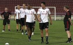 """<p>Игроки """"Ливерпуля"""" на тренировке в Трабзоне 25 августа 2010 года. Продолжающаяся эпопея с продажей """"Ливерпуля"""" отойдет в воскресенье для его болельщиков на второй план, поскольку подопечным Роя Ходжсона предстоит мерсисайдское дерби против """"Эвертона"""". REUTERS/Stringer</p>"""