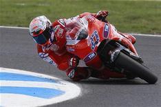 <p>Casey Stoner durante eliminatórias da MotoGp da Austrália. 16/10/2010 REUTERS/Mick Tsikas</p>