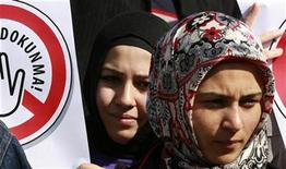 <p>Women in headscarves attend a demonstration in front of the Constitutional Court in Ankara October 23, 2008. REUTERS/Umit Bektas</p>