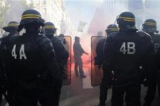 <p>Полицейские наблюдают за демонстрацией у здания партии Союз за народное движение, Париж 22 октября 2010 года. Французская полиция в пятницу сняла блокаду НПЗ, играющего ключевую роль в обеспечении топливом Парижа, однако профсоюзы продолжают усиливать сопротивление в преддверии финального голосования по пенсионной реформе в Сенате. REUTERS/Gonzalo Fuentes</p>
