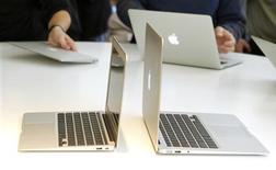 <p>Nouvelles versions ultra-fines de l'ordinateur MacBook Air d'Apple, dévoilées mercredi. Le groupe à la pomme ne préinstallera plus le lecteur Flash d'Adobe Systems sur ses ordinateurs Mac à l'avenir, persistant dans son hostilité à l'égard du logiciel de l'éditeur américain. /Photo prise le 20 octobre 2010/REUTERS/Norbert von der Groeben</p>