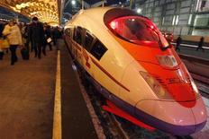 """<p>Поезд """"Сапсан"""" стоит на вокзале в Санкт-Петербурге, 17 декабря 2009 года. Пассажиры """"Сапсанов"""" смогут полностью вернуть деньги за билет в случае опоздания высокоскоростного поезда более чем на два часа, обещают Российские железные дороги. REUTERS/Alexander Demianchuk</p>"""