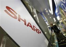 <p>Imagen de archivo del logo de Sharp en una tienda en Tokio. Oct 29 2009 La firma japonesa Sharp, afectada por la fortaleza del yen y una caída de los precios de sus pantallas de cristal líquido (LCD), tiene previsto recortar costos e impulsar las ventas de los paneles en los que es una especialista, los de gran tamaño y de 3D, pero admite que las perspectivas son sombrías. REUTERS/Kim Kyung-Hoon/ARCHIVO</p>