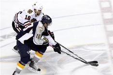 """<p>Игроки """"Чикаго"""" и """"Нэшвилла"""" борются за шайбу в Нэшвилле 26 апреля 2010 года. """"Нэшвилл"""" потерпел первое в сезоне поражение в основное время и потерял лидерство в турнирной таблице по итогам очередного игрового дня в Национальной хоккейной лиге (НХЛ). REUTERS/M. J. Masotti Jr.</p>"""