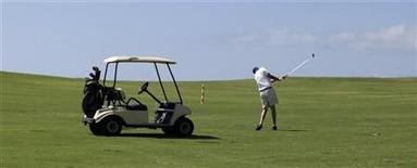 <p>Турист играет в гольф, Варадеро 22 мая 2010 года. Играете в гольф - будьте готовы к путешествиям на дальние расстояния. REUTERS/Enrique De La Osa</p>