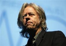 <p>Músico e ativista Bob Geldof durante coletiva de imprensa em Cannes, em 2009. A BBC pediu desculpas na quinta-feira por reportagens divulgadas neste ano que sugeriam o desvio de verbas humanitárias para a compra de armas por rebeldes africanos. 19/11/2009 REUTERS/Eric Gaillard/Arquivo</p>