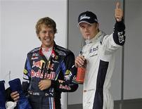 <p>Nico Hulkenberg, da Williams, comemora com Sebastian Vettel, da Red Bull, pole position no Grande Prêmio do Brasil, obtida neste sábado.</p>
