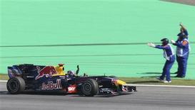 <p>Sebastian Vettel, da Red Bull, comemora vitória no GP Brasil de F1, no domingo: equipe espera que o piloto ajude seu companheiro de equipe Mark Webber a vencer o Mundial de pilotos na próxima corrida. REUTERS/Sergio Moraes</p>