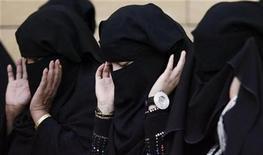 <p>Saudi women pray during Eid al-Adha celebrations on a street in Riyadh November 27, 2009. REUTERS/Stringer</p>