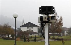 """<p>Foto de archivo de una cámara del servicio """"Street View"""" de la empresa Google en Oberstaufen, Alemania, nov 2 2010. La Comisión Federal de Comunicaciones de Estados Unidos está investigando los mapas """"Street View"""" de Google Inc para ver si la compañía está violando las leyes federales. REUTERS/Michaela Rehle</p>"""