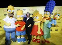 """<p>Matt Groening (centro), criador de """"Os Simpsons"""", com personagens da série animada em festa do 20o aniversário do desenho, na Califórnia em 2009. 18/10/2009 REUTERS/Mario Anzuoni</p>"""