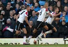 <p>Zagueiro do Manchester United Nemanja Vidic comemora com Federico Macheda e Wes Brown a após marcar gol em empate por 2 x 2 com o Aston Villa. REUTERS/Kieran Doherty</p>