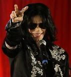 <p>Foto de archivo del fallecido cantante Michael Jackson durante la presentación de una serie de conciertos en la arena O2 en Londres, mar 5 2009. El primer sencillo oficial del polémico nuevo disco del fallecido Michael Jackson fue publicado el lunes, con reseñas iniciales positivas y buenas previsiones de ventas en formato digital. REUTERS/Stefan Wermuth/Files</p>