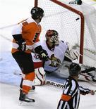 """<p>Игрок """"Филадельфии"""" Майк Ричардс забрасывает шайбу в ворота """"Оттавы"""" в Филадельфии 15 ноября 2010 года. """"Филадельфия"""" одержала победу над """"Оттавой"""" во вторник и вышла на второе место в турнирной таблице Национальной хоккейной лиги (НХЛ). REUTERS/Tim Shaffer</p>"""