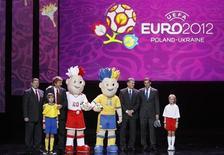 <p>Презентация официальных талисманов Евро-2012 в Варшаве 16 ноября 2010 года. Талисманами грядущего Евро-2012 в Польше и на Украине вновь станут два брата-близнеца, имена для которых УЕФА просит выбрать болельщиков, свидетельствует обращение на сайте организации (www.uefa.com). REUTERS/Kacper Pempel</p>