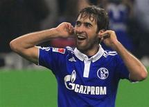 <p>O espanhol Raul, do Schalke, comemora depois de marcar seu terceiro gol contra o Werder Bremen pela Bundesliga, em Gelsenkirchen, 20 de novembro de 2010. REUTERS/Wolfgang Rattay</p>
