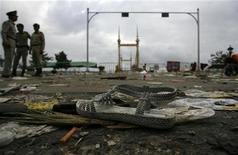 <p>Босоножка, потерянная в результате давки на мосту в столице Камбоджи, 23 ноября 2010 года. По меньшей мере 339 человек погибли в результате давки на мосту в столице Камбоджи во время проведения водного фестиваля, 755 человек получили травмы, сообщили власти и государственные СМИ во вторник. REUTERS/Chor Sokunthea</p>