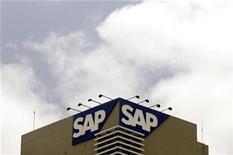 <p>Foto de archivo del logo de la compañía SAP en su sede de Bangalore, India, jun 24 2009. El fabricante alemán de software para empresa SAP AG deberá pagar 1.300 millones de dólares a su rival estadounidense Oracle Corp, por daños en un caso por robo de programas informáticos, decidió el martes un jurado. REUTERS/Punit Paranjpe</p>