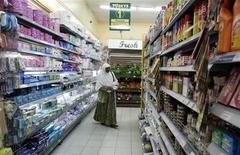 <p>A woman shops at a supermarket in Nairobi October 23, 2008. REUTERS/Antony Njuguna</p>