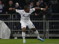 <p>Jefferson Farfan comemora gol do Schalke 04 em vitória por 3 x 0 sobre o Olympique Lyon. REUTERS/Ina Fassbender</p>