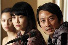 """<p>Vietnamese-French director Tran Anh Hung (R) speaks next to Japanese actresses Rinko Kikuchi (C) and Kiko Mizuhara during a news conference to promote their film """"Norwegian Wood"""", a movie based on Japanese author Haruki Murakami's book, at the Foreign Correspondents' Club of Japan in Tokyo November 26, 2010. REUTERS/Yuriko Nakao</p>"""