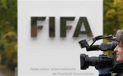 <p>Оператор снимает напротив главного входа в здание ФИФА в Цюрихе 19 октября 2010 года. Проведение чемпионатов мира в Англии и США окажется более прибыльным, чем в других странах-кандидатах на получение Мундиалей, свидетельствует документ, который видел журналист Рейтер. REUTERS/Christian Hartmann</p>