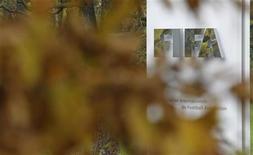 <p>Логотип ФИФА перед входом в штаб-квартиру организации в Цюрихе 19 октября 2010 года. Международный олимпийский комитет (МОК) призвал во вторник британскую телерадиовещательную корпорацию BBC предоставить уполномоченным органам доказательства получения взяток чиновниками ФИФА. REUTERS/Christian Hartmann</p>