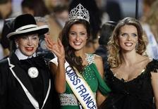 <p>Malika Menard (C) reacts as she is crowned Miss France 2010 in Nice, southeastern France, December 5, 2009. Malika Menard is flanked by by Genevieve De Fontenay, President of the Miss France committee (L) and Sylvie Tellier, director of the Miss France company. REUTERS/Eric Gaillard</p>