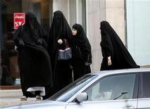 <p>Saudi women wait for a car to arrive in Riyadh June 9, 2005. REUTERS/Zainal Abd Halim</p>