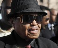 <p>Joe Jackson, pai do falecido Michael Jackson, nos BET Awards de 2009 em Los Angeles. Seu advogado abriu na terça-feira um novo processo civil contra o médico acusado de ter causado involuntariamente a morte do cantor. 28/06/2009 REUTERS/Phil McCarten/Arquivo</p>