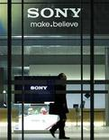 <p>Imagen de archivo del logo de Sony en una oficina Tokio. Nov 25 2010 Sony Corp vendió 4,1 millones de sus controles de videojuegos sensibles al movimiento a minoristas de todo el mundo en los dos meses posteriores al lanzamiento, lo que lo pone casi a la par con el sistema Kinect de Microsoft Corp en el inicio de la temporada navideña. REUTERS/Toru Hanai/ARCHIVO</p>