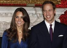 <p>Kate Middleton junto al príncipe Guillermo de Inglaterra en el anuncio de su compromiso en Londres. Nov 16 2010 Kate se convertirá en uno de los nombres más populares para las niñas nacidas en Gran Bretaña el próximo año a raíz de la boda del príncipe Guillermo con Kate Middleton, pronosticó el jueves un sitio web. REUTERS/Suzanne Plunkett/ARCHIVO</p>