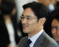 <p>Jay Y. Lee (photo), le fils du président Lee Kun-hee, a été choisi pour succéder à son père à la tête de Samsung Electronics, signe que la famille fondatrice garde la main haute sur le premier fabricant mondial de cartes mémoires. /Photo prise le 1er décembre 2010/REUTERS/Lee Jae-Won</p>