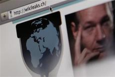 <p>WikiLeaks a été indisponible pendant plusieurs heures vendredi car son fournisseur de nom de domaine a décidé de ne plus diriger les internautes vers ce site à l'origine de la divulgation de 250.000 télégrammes diplomatiques américains. WikiLeaks a cependant annoncé qu'il pouvait être consulté à une nouvelle adresse, http://wikileaks.ch, gérée par un réseau universitaire suisse. /Photo prise le 4 décembre 2010/REUTERS/Pascal Lauener</p>