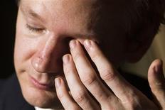 <p>Julian Assange, fondateur de WikiLeaks. Le service de paiement en ligne PayPal a annoncé samedi la suspension du compte de WikiLeaks qui permet au site d'informations confidentielles de recueillir des dons pour ses financements. /Photo prise le 4 novembre 2010/REUTERS/Valentin Flauraud</p>