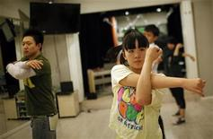 <p>Students stretch during a dancing class at the Lee Wei Song School of Music in Shanghai December 7, 2010. REUTERS/Carlos Barria</p>