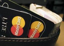 <p>Tarjetas de crédico MasterCard en una tienda Londres. Dic 8 2010 Ciberataques organizados aparentemente por activistas de internet partidarios del fundador de WikiLeaks, Julian Assange, inhabilitaron el miércoles la web de la compañía de tarjetas de crédito MasterCard y dos sitios suecos. REUTERS/Jonathan Bainbridge</p>